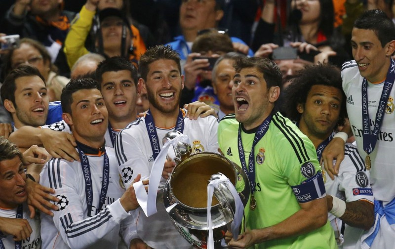 Real Madrid players lifting La Décima in the stands