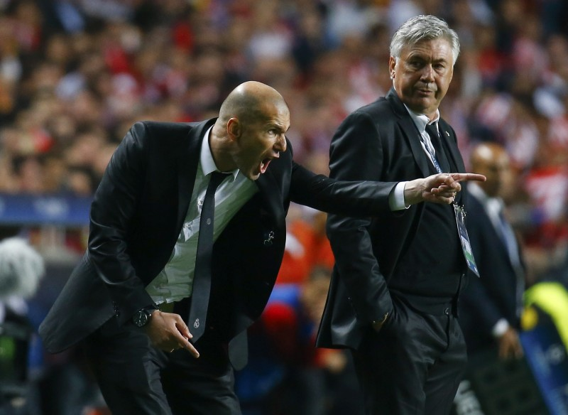 Zinedine Zidane giving instructions to Real Madrid players. in the Champions League final