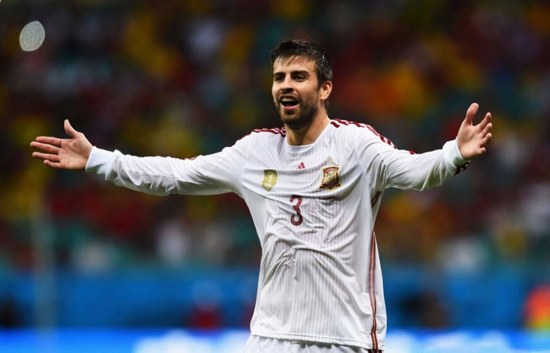 Gerard Piqué wearing Spain's away jersey in the World Cup 2014