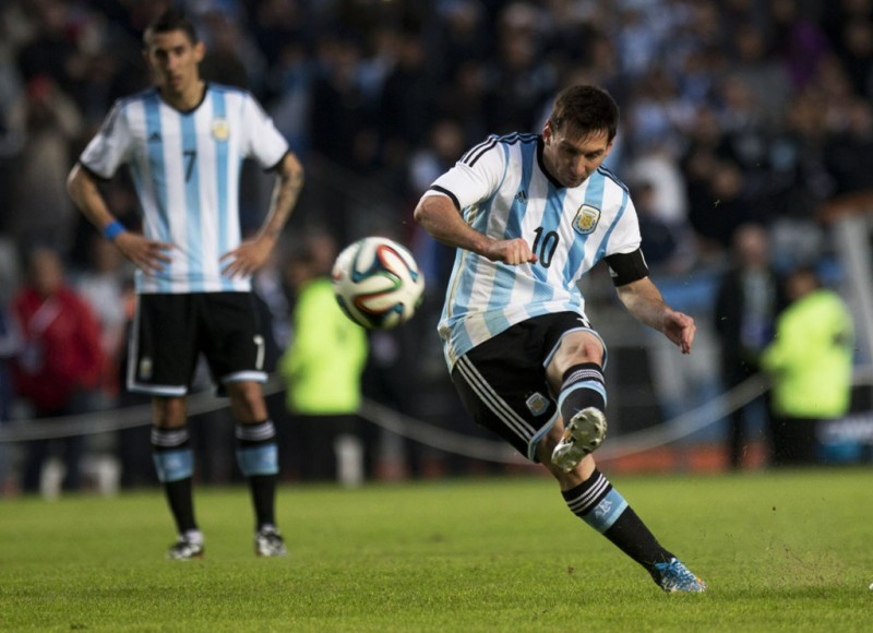 Lionel Messi shooting in Argentina game