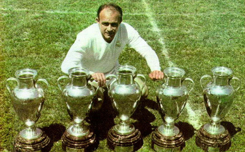 Alfredo Di Stéfano with the 5 European Championships trophies won for Real Madrid