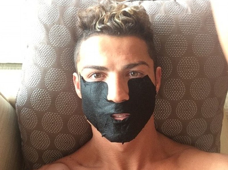 Cristiano Ronaldo doing a facil mask skin treatment in a spa, in his vacation in 2014