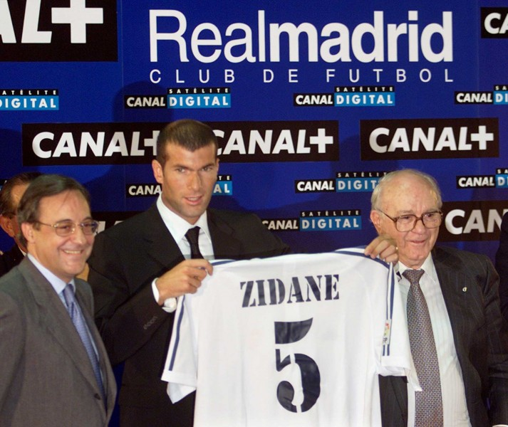 Florentino Pérez and Alfredo Di Stéfano in Zidane's presentation day, in 2001