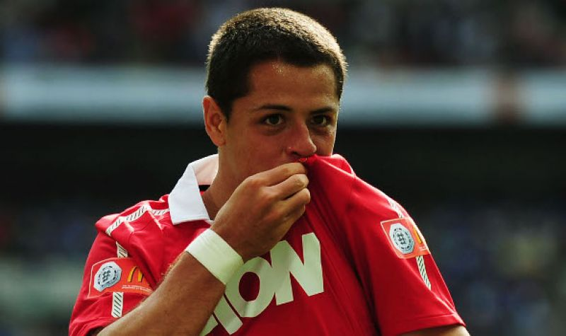 Javier Hernández kissing Manchester United badge and logo