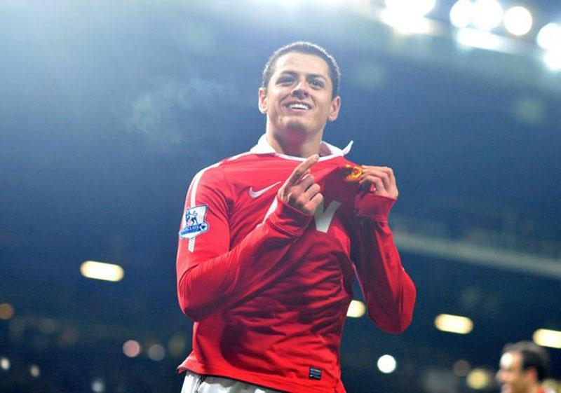 Javier Hernández pointing to Manchester United badge