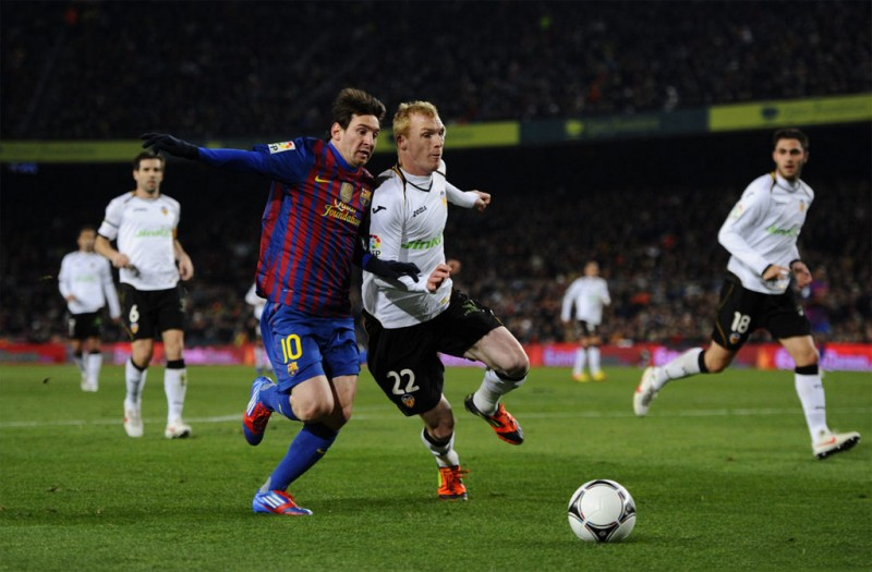 Jeremy Mathieu against Messi, in Valencia vs Barcelona