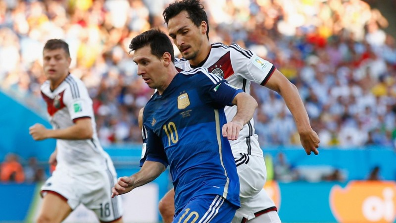 Messi being chased by Hummels in Argentina 0-1 Germany