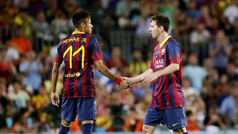 Neymar handshaking Lionel Messi in FC Barcelona