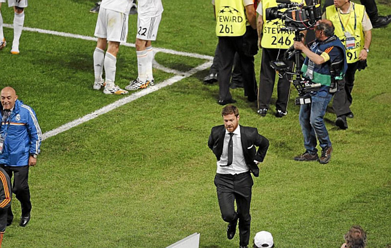 Xabi Alonso returning to his seat, after invading the pitch in Real Madrid vs Atletico, in the UCL final