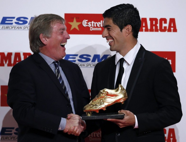 Kenny Dalglish handing the European Golden Shoe award to Luis Suárez, in 2014