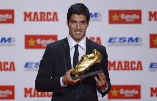 Luis Suárez holding the Golden Boot 2014