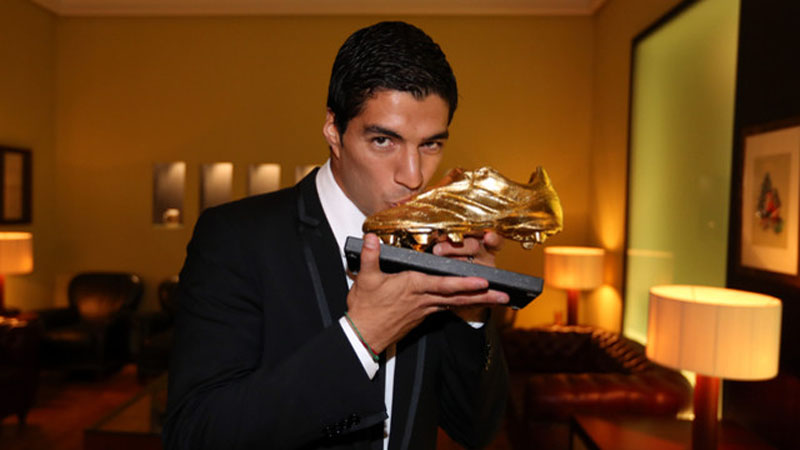 Luis Suárez kissing his Golden Shoe award 2013-2014