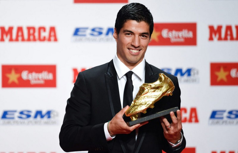 Luis Suárez presenting the Golden Shoe 2014 trophy