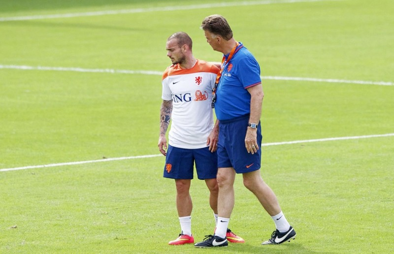 Sneijder talking with Louis Van Gaal, in Netherlands