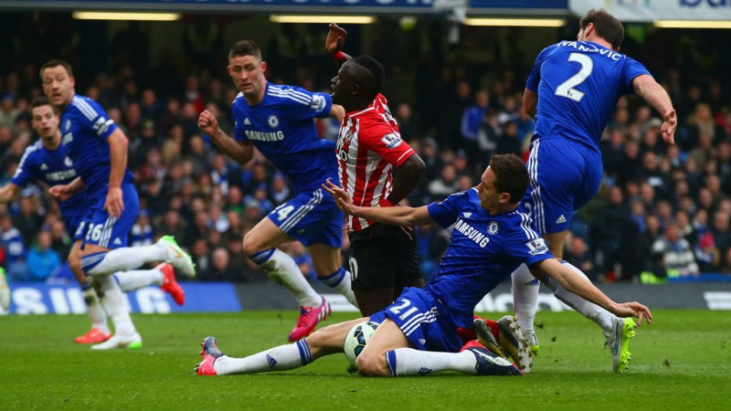 Sadio Mane escaping Chelsea defence in the Barclays Premier League 2015-16