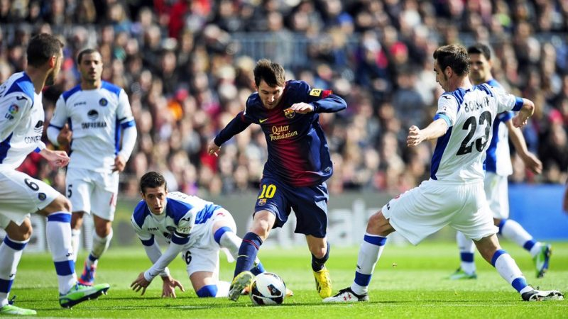 Lionel Messi dribbling multiple opponents
