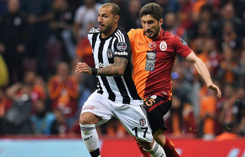 Quaresma playing in a Besiktas vs Galatasaray clash